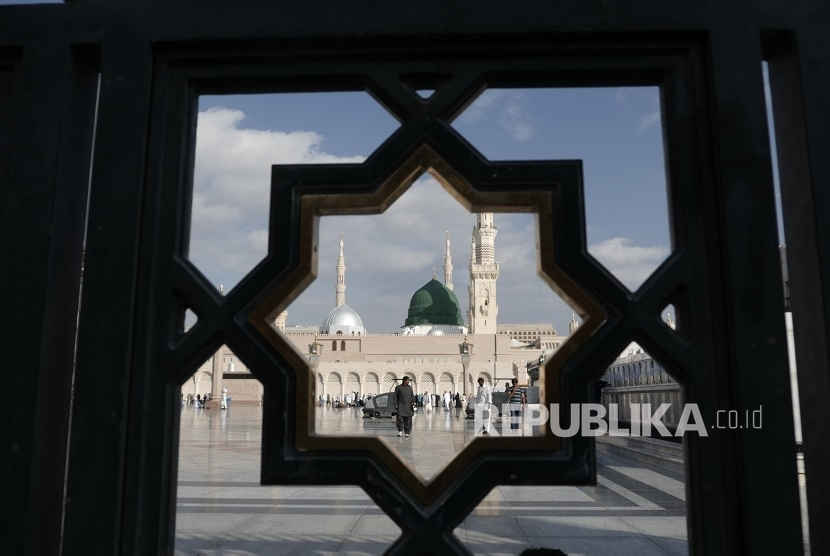 Kubah hijau di Masjid Nabawi, Madinah, Arab Saudi menjadi tanda di bawahnya terdapat makam Rasulullah saw dan dua sahabat mulia, Abu Bakar dan Umar bin Khattab.
