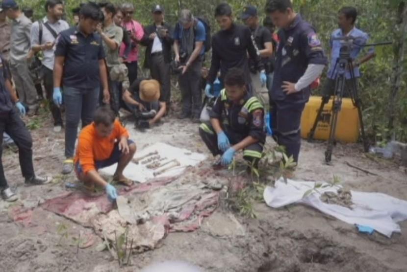 Kuburan massal di Thailand Selatan dimana yang menjadi korban adalah pengungsi muslim Rohingya.