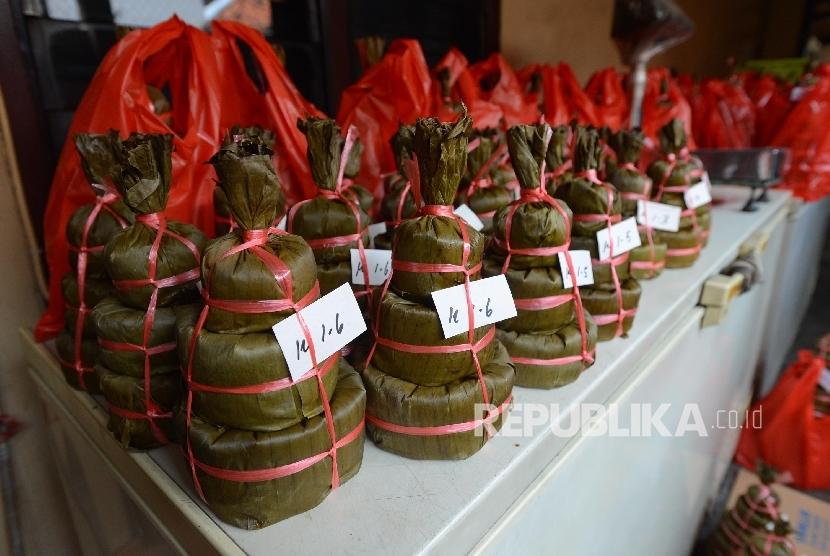 Kue keranjang yang telah siap jual di rumah produksi Ny. Lauw, Tangerang, Banten, Kamis (28/1).  (Republika/Raisan Al Farisi)