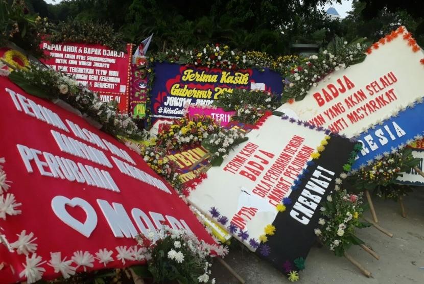 Kumpulan karangan bunga memenuhi sekitar Lapangan Banteng, Sabtu (14/10). Ini karangan bunga ditujukan kepada Ahok dan Djarot menjelang pelantikan Anies-Sandi sebagai gubernur dan wakil gubernur baru Jakarta.