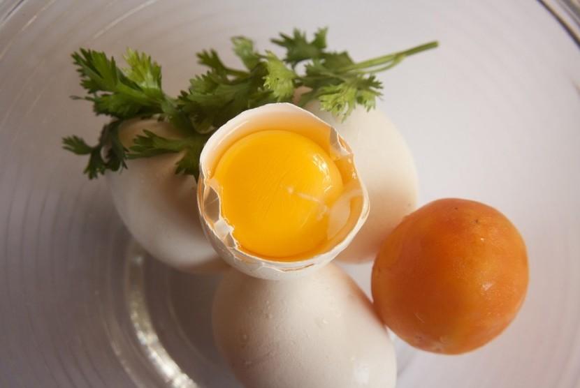 Kuning telur, makanan kaya akan kolesterol.