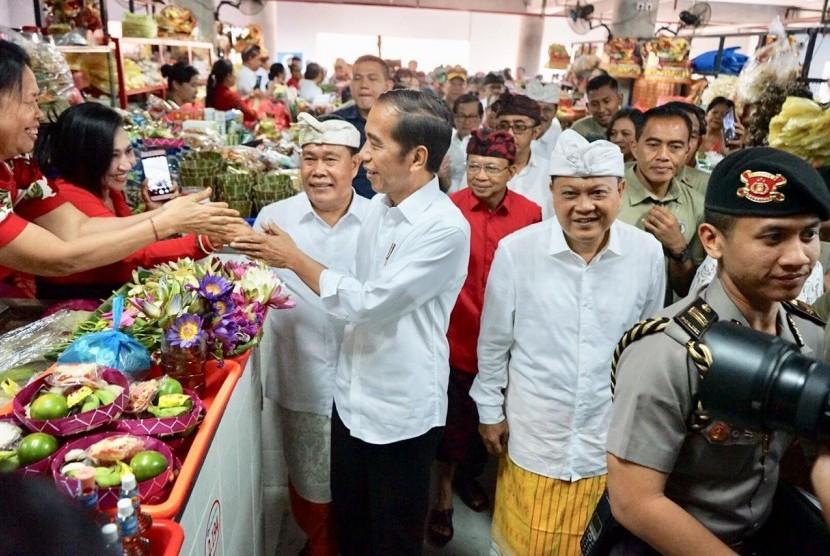 [ilustrasi] Kunjungan kerja Presiden Joko Widodo ke Pasar Badung dan Taman Kumbasari Tukad Badung Kota Denpasar, Bali, Sabtu (18/5).