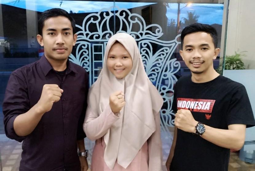Kunjungan pengurus Impelma Matangkuli Banda Aceh. Rifki (kanan), Intan (tengah), dan dan Al Fadil.