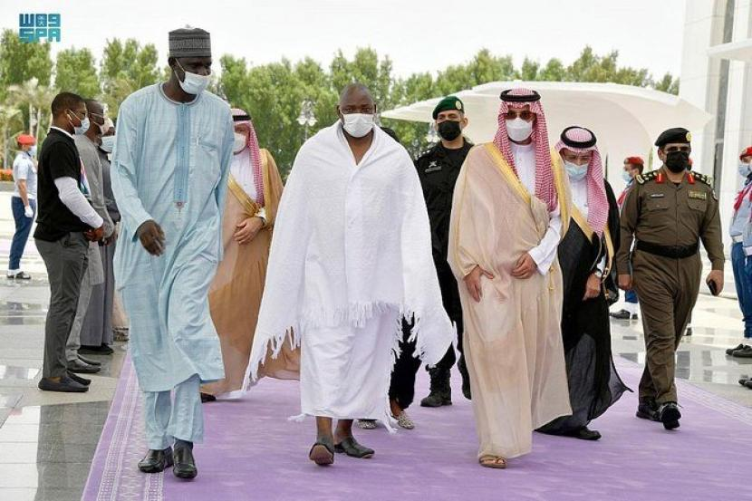 Kunjungi Arab Saudi, Presiden Gambia Tunaikan Umroh