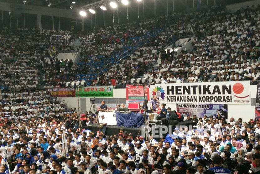 Kurang lebih 8000an massa buruh KSPI yang memadati area dalam Istora Senayan,  dalam rangkaian acara May Day, Selasa (1/5).