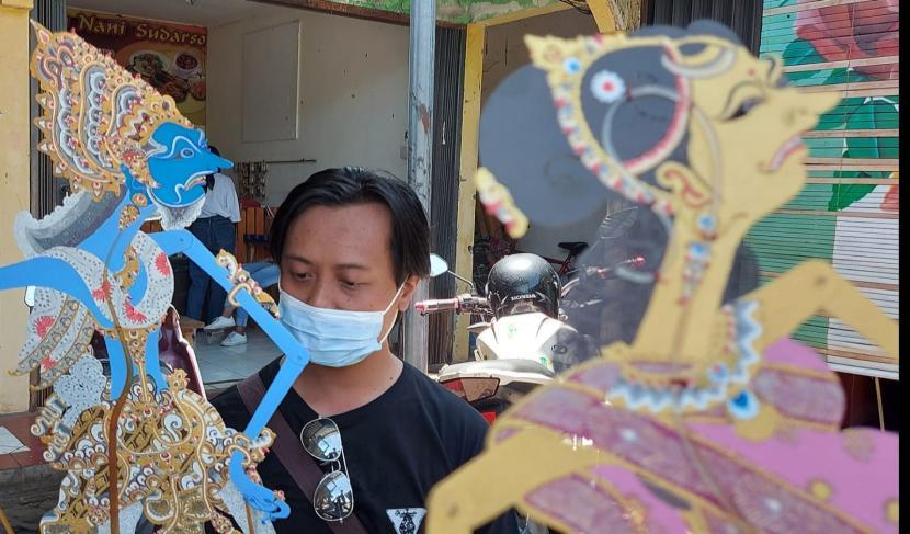 Kusbiantoro saat menunjukkan beberapa karakter Wayang Jatakamala, saat ditemui di Pasar UMKM Gua Kerep, Ambarawa, Kabupaten semarang, Jawa Tengah, Ahad (10/10). Ia merupakan satu dari beberapa gelintir seniman yang membuat karakter tokoh Wayang Jatakamala ini. (bowo pribadi)