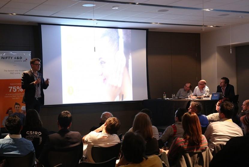 Kyle Slater dari Nuraloop menjelaskan ide bisnisnya membuat headphone.