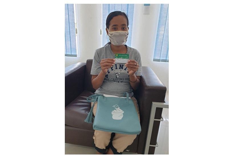 Laduma Da Ilda (40) warga Tanah Duca Bolawolon, Kecamatan Kangae, Kabupaten Sikka merupakan salah seorang peserta Jaminan Kesehatan Nasional – Kartu Indonesia Sehat (JKN-KIS) dari segmen Pekerja Penerima Upah (PPU) kelas II yang didaftarkan oleh sekolah tempat ia mengajar.