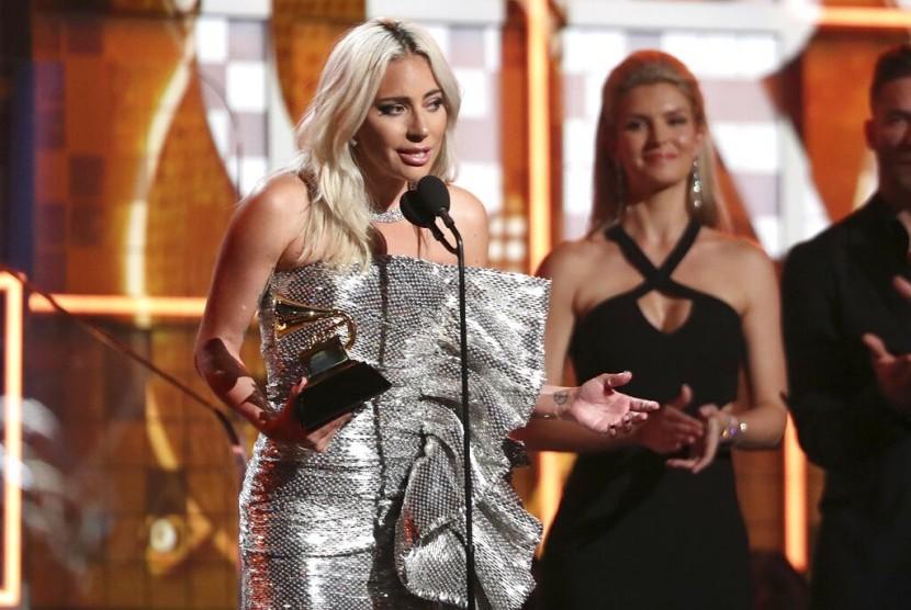Lady Gaga saat menerima penghargaan di ajang Grammy Awards, Senin (11/2), di Los Angeles, AS.
