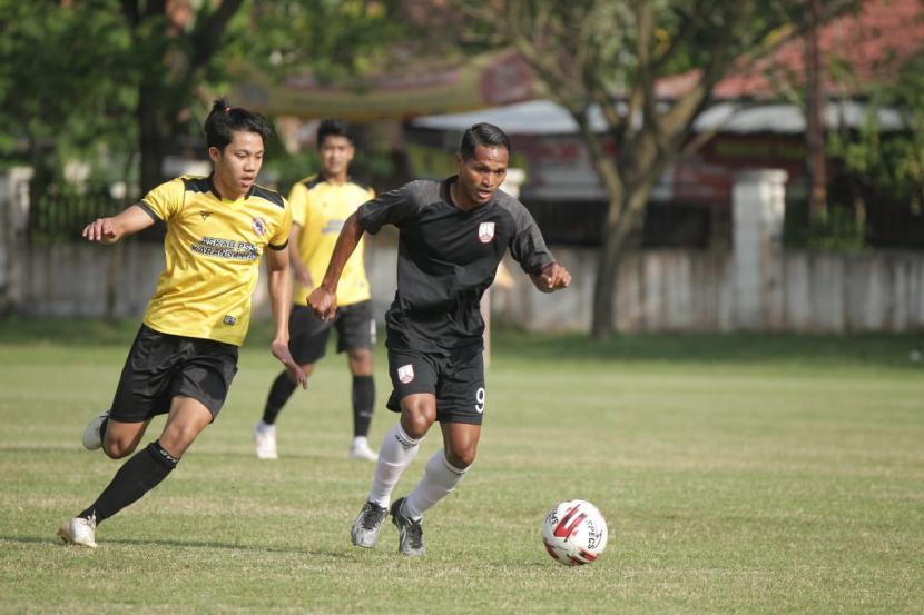 Laga uji coba antara Persis Solo dengan Persika Karanganyar, klub Liga 3 Jawa Tengah yang berlangsung di Stadion Raden Mas Said, Kabupaten Karanganyar, Rabu (23/6)