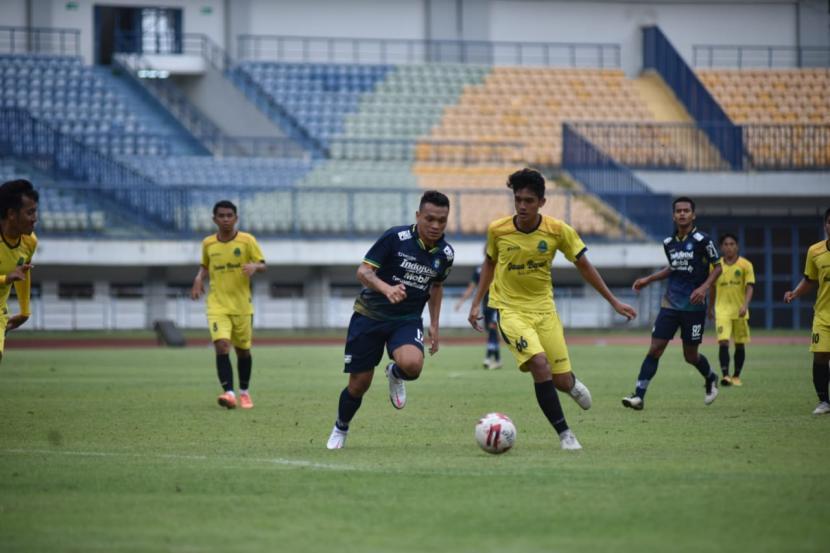 Laga uji coba Persib Bandung dengan tim PraPON Jawa Barat di Stadion Gelora Bandung Lautan Api, Kota Bandung, Sabtu (13/3). Laga yang berlangsung dengan sistem 4x30 menit ini berakhir dengan skor 3-2 atas kemenangan Persib.