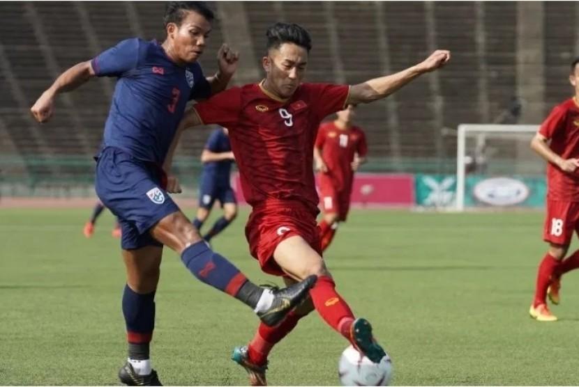 Laga Vietnam (merah) vs Thailand di Grup A Piala AFF U-22.