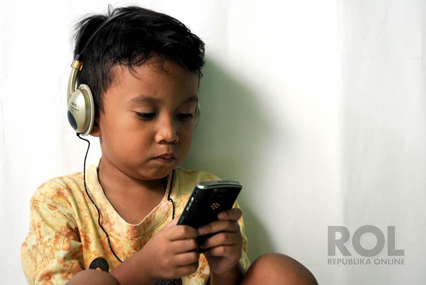 Lagu anak musik headset mendengarkan (ilustrasi)