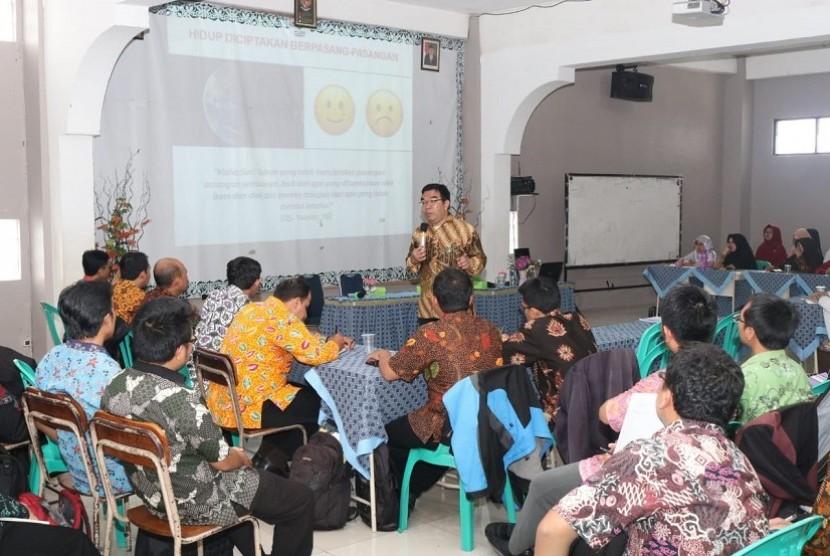 Lajnah Pendidikan dan Pengajaran (LPP) Al Irsyad Al Islamiyyah Purwokerto membekali para guru lewat Program Pelatihan Suprarasional.