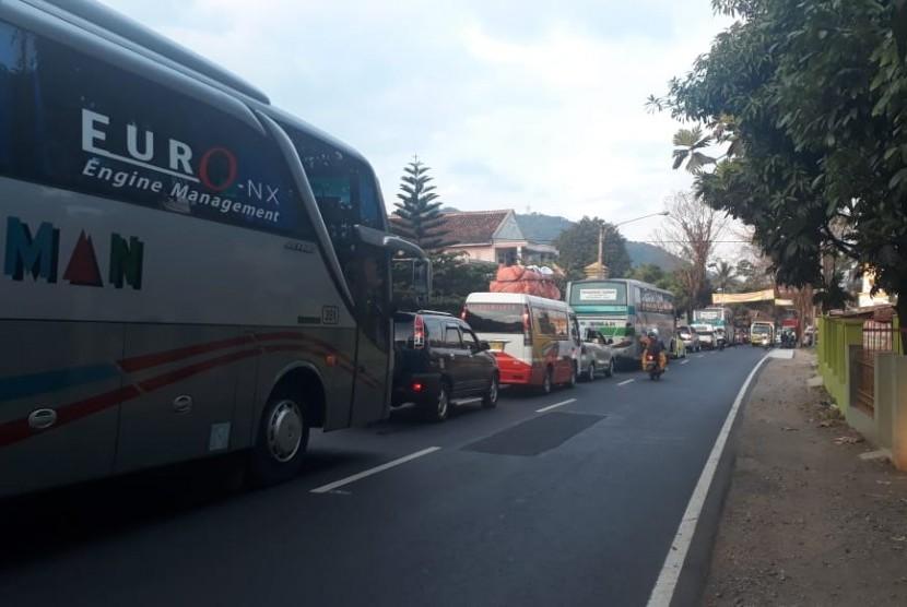 Lalu lintas padat merayap jelang Pasar Limbangan, Garut, Jawa Barat pada Selasa (12/6). Kepadatan kendaraan mencapai 8 kilometer atau telah mencapai turunan Nagreg