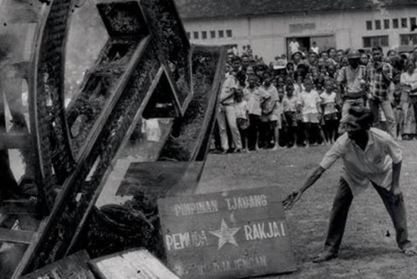 Lambang PKI dan Kantor Pemuda Rakyat di serbu masa seisai peristiwa G30SPKI. Komunisme berserta ajaran Marxisme dan Lenimisme kemudian di larang di Indoneisa..