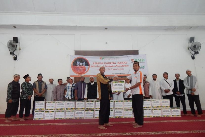 Lasnas BMH Yogyakarta menyalurkan Paket Lebaran kepada para dai dan guru ngaji.