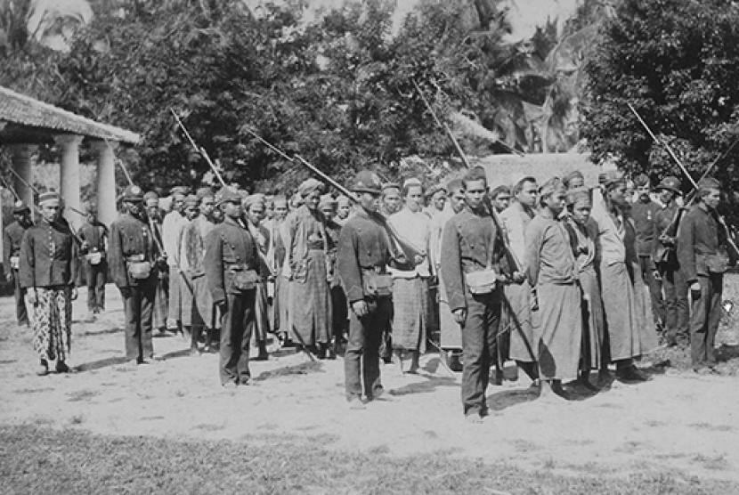 Lasykar rakyat dalam pemberontakan petani dan ulama di Banten, tahun 1888.