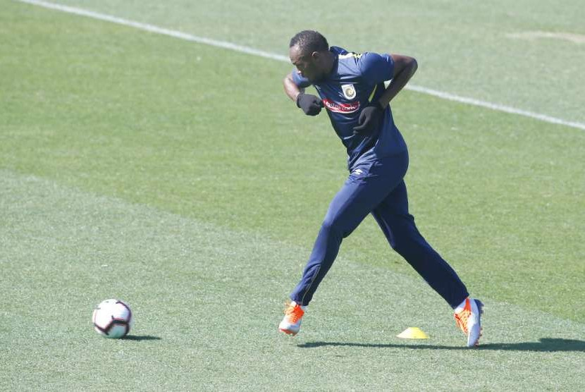 Latihan pertama legenda lari dunia Usain Bolt bersama Central Coast Mariners.