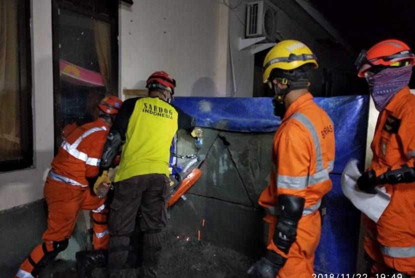 Latihan SAR Gabungan di antaranya simulasi evakuasi reruntuhan bangunan.
