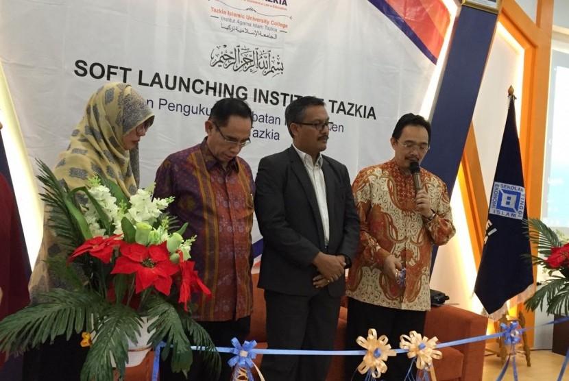Launching perubahan status Sekolah Tinggi Ekonomi Islam (STEI) menjadi Institut Agama Islam Tazkia di Gedung Kampus Tazkia, Sentul, Bogor, Jawa Barat, Selasa (30/7).