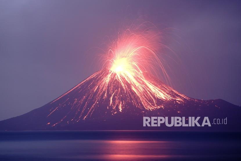 Lava pijar dari Gunung Anak Krakatau di perairan Selat Sunda, Kalianda, Lampung Selatan.