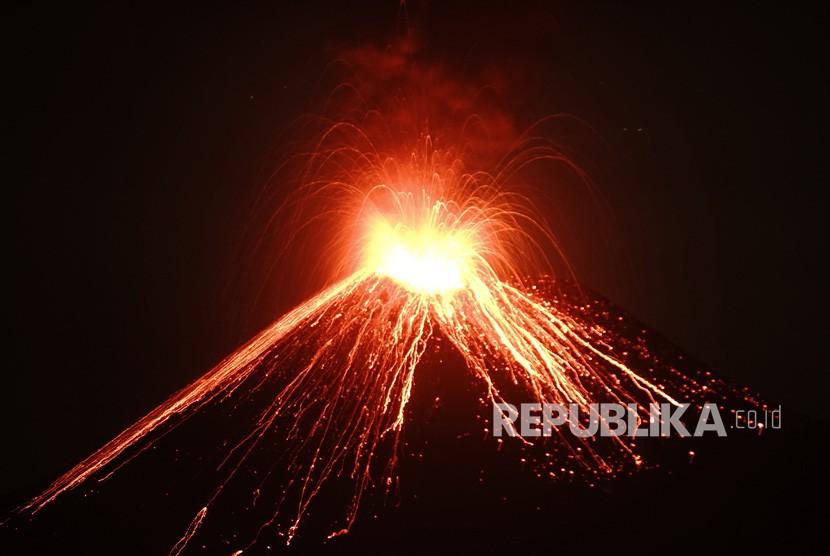 [Ilustrasi] Lava pijar dari Gunung Anak Krakatau.