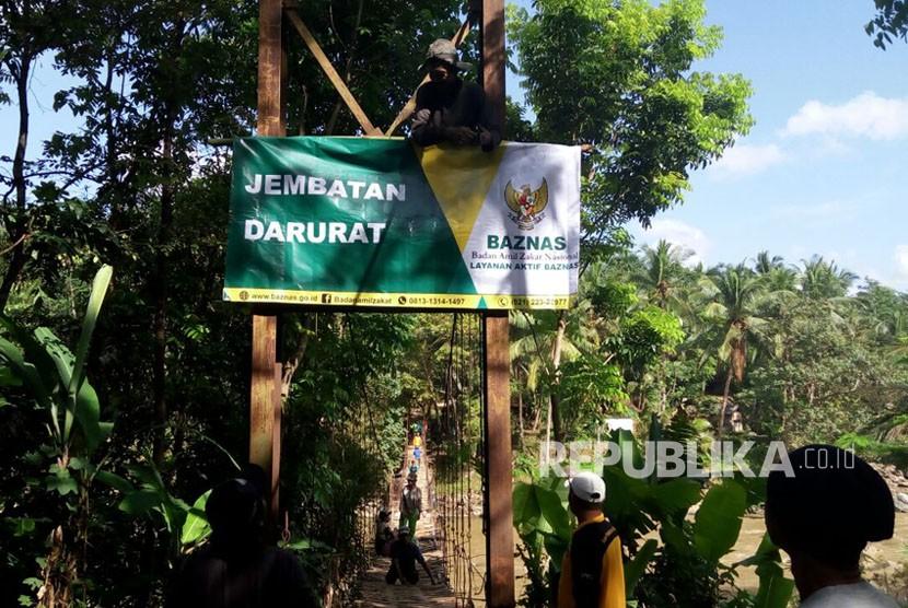 Layanan Aktif BAZNAS (LAB) membangun jembatan  yang menghubungkan Desa Simpang Garut dengan Desa Cempakasari, Tasikmalaya, Jawa Barat. Pembangunan yang selesai dalam sepekan (19-26 Oktober 2017) dengan melibatkan warga ini kini bisa dimanfaatkan 4.629 jiwa dalam 1.279 kepala keluarga.