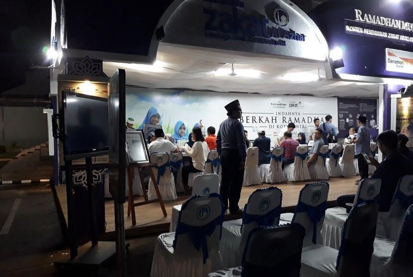 Layanan Zakat Fitrah di Masjid Agung Al Azhar Kebayoran, Jakarta pada Kamis (14/6) malam.