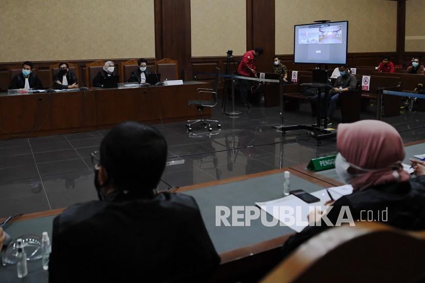 Layar menampilkan terdakwa kasus suap terhadap Sekretaris MA Nurhadi dan Rezky Herbiyono.