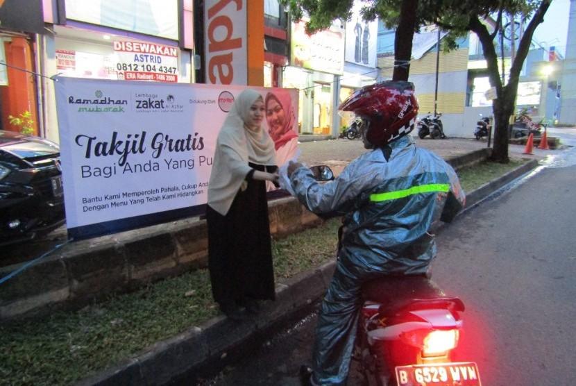 LAZ Al Azhar membagikan takjil gratis di kawasan Bintaro, Jakarta Selatan.