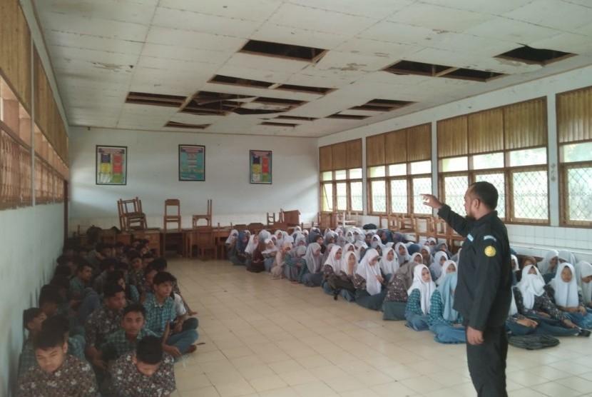 Laznas BMH bersama SAR Hidayatullah dan Pos Dai mengadakan trauma healing di SMAN 1 Asera, Konawe Utara.