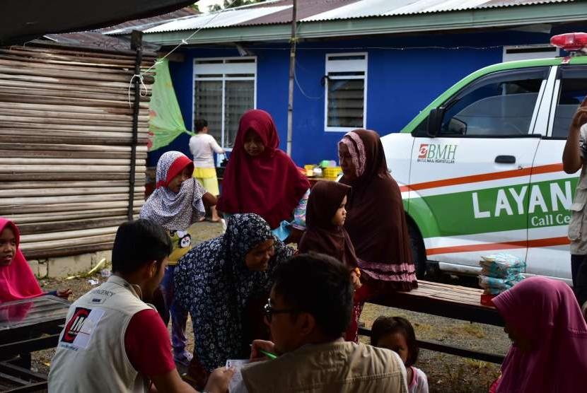 Laznas BMH, IMS dan Sahabat Al-Aqsha memberikan layanan medis kepada pengungsi di Kabupaten Donggala.
