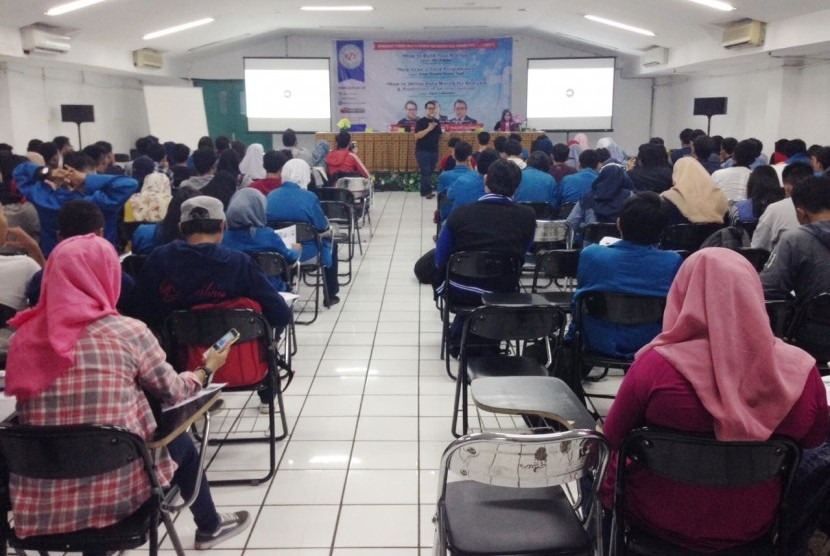 Lead Marketing Manager UBER Indonesi memberikan bekal cara pembuatan bisnis rintisan kepada mahasiswa Prodi Manajemen Informatika AMIK BSI.