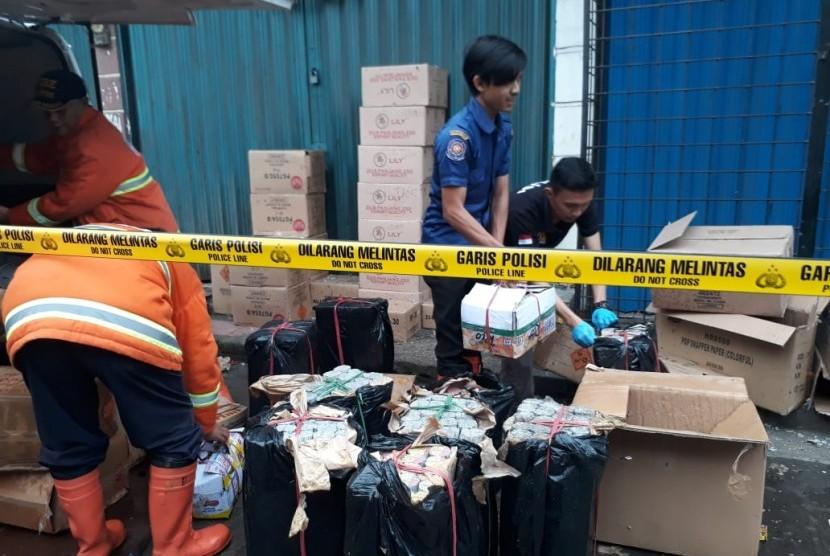 Ledakan petasan terjadi saat aktivitas bongkar muat petasan di Jalan Stasiun Timur Kota Sukabumi Senin (13/5). Dampaknya lima orang warga luka-luka.
