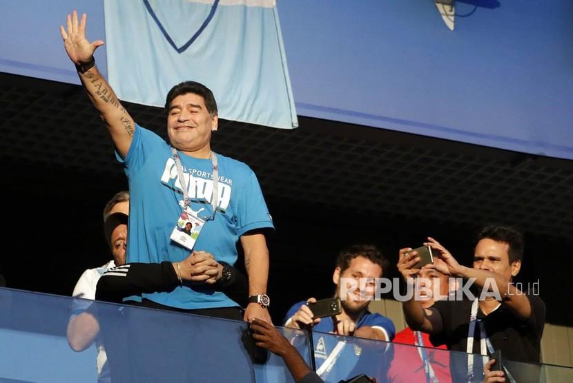 Legenda sepak bola Argentina Diego Maradona saat menyaksikan pertandingan Piala Dunia antara Nigeria dan Argentina.