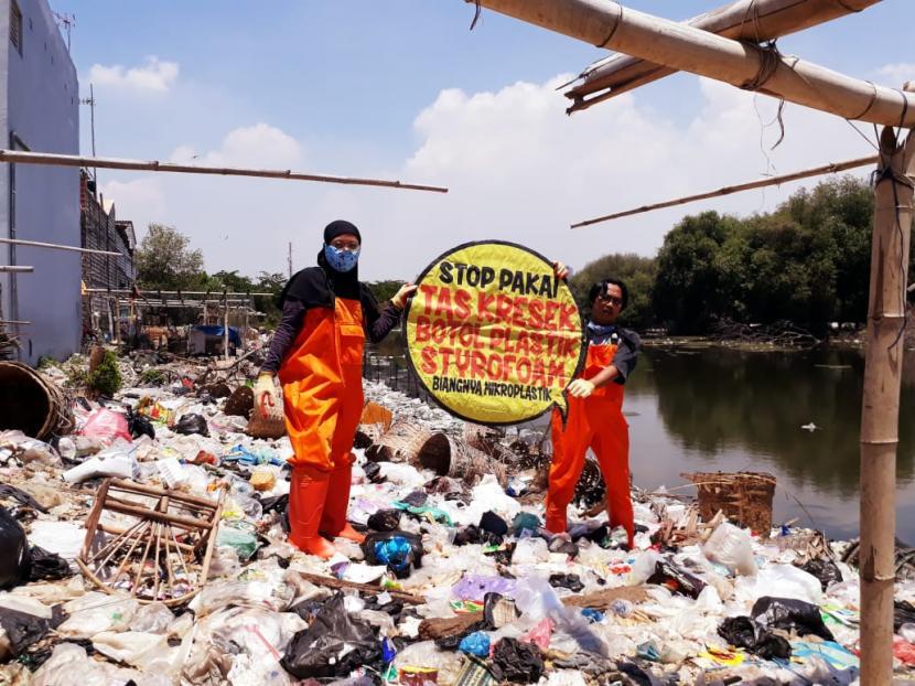 Lembaga Kajian Ekologi dan Konservasi Lahan Basah (Ecoton) menemukan timbunan sampah di sejumlah titik di Kabupaten Gresik. Dok. Ecoton