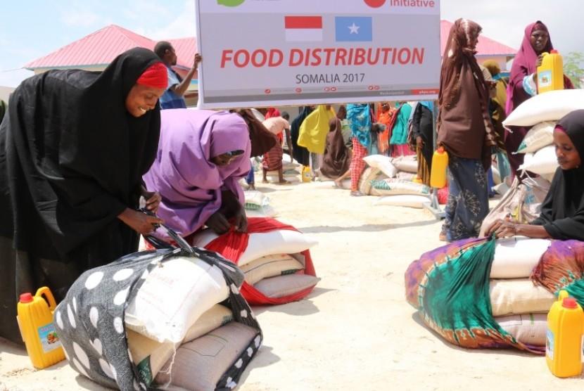 Lembaga Kemanusiaan PKPU Human initiative bersama Inisiatif Zakat Indonesia sejak Ahad (12/11) menyalurkan bantuan makanan dan air bersih di Somalia.