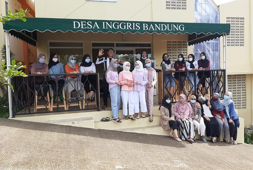 Lembaga WECAMP Desa Inggris Bandung yang terletak di Kota Bandung dan Jatinangor Sumedang. Dikenal juga dengan nama Kampung Inggris Bandung dan menjadi salah satu pelopor di Provinsi Jawa Barat yang menerapkan konsep kursus Bahasa Inggris dengan sistem asrama.