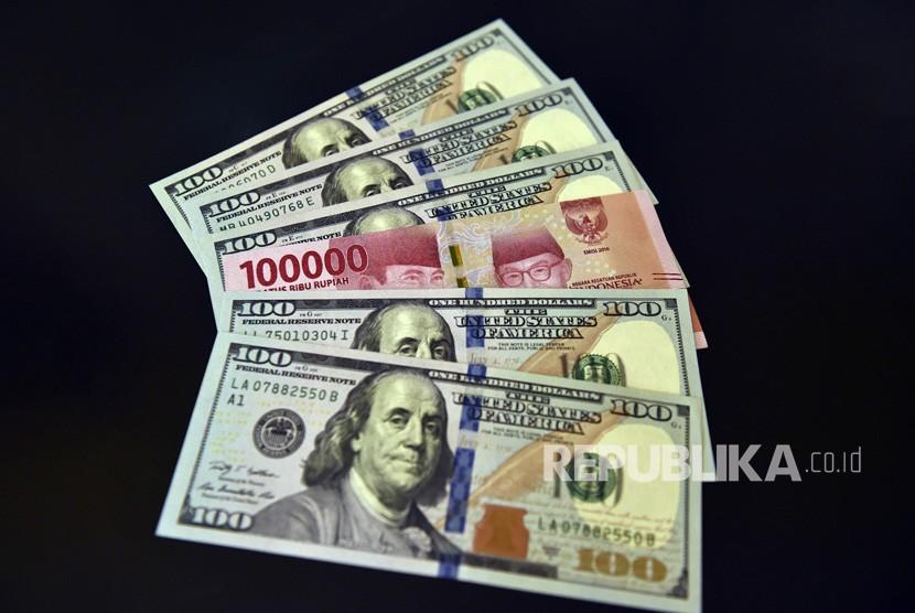 Lembaran mata uang rupiah dan dolar AS diperlihatkan di salah satu jasa penukaran valuta asing di Jakarta. ilustrasi