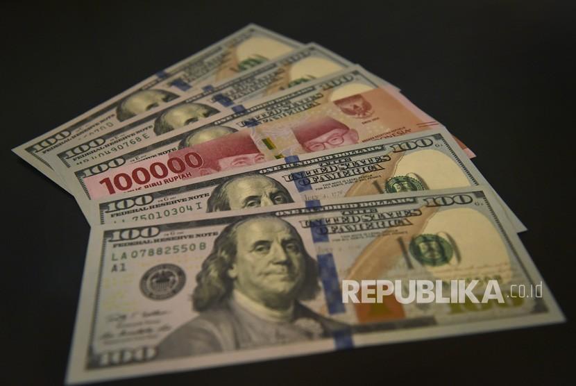 Lembaran mata uang rupiah dan dolar AS diperlihatkan di salah satu jasa penukaran valuta asing. ilustrasi