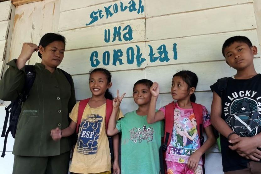 Leperia dan empat muridnya di Sekolah Uma, Gorottai, Mentawai, Sumatra Barat.