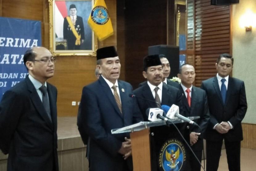 Letjen (Purn) Hinsa Siburian menggantikan Mayjen (Purn) Djoko Setiadi sebagai Kepala Badan Siber dan Sandi Negara (BSSN) yang baru. Di Kantor BSSN, Ragunan, Jakarta Selatan. Jumat (24/5).