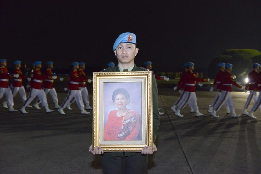 Lettu Arm Aprianto membawa foto almarhumah Ibu Ani Yudhoyono saat persiapan penyambutan jenazah di Lanud Halim Perdanakusuma, Jakarta Timur, Sabtu (1/6/2019).