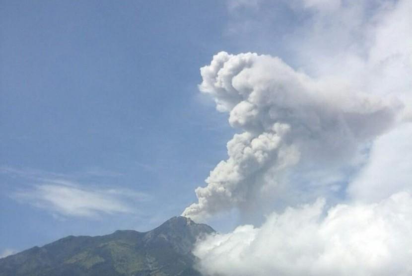 Letusan freatik Gunung Merapi yang terjadi pukul 09.38 atau kedua sepanjang Senin (21/5).  Usai erupsi, abu letusan freatik kali ini mengarah ke selatan dan barat daya dari puncak.