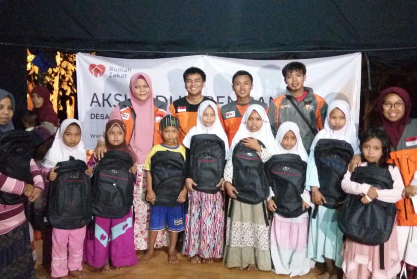 LEUWIDAMAR -- Rumah Zakat membantu korban kebakaran yang terjadi di di Kp. Kalang Jaya, Desa. Ciseumet, Kec. Leuwidamar, Kab. Lebak.