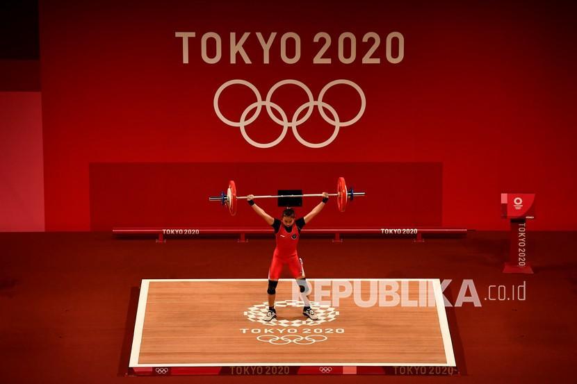 Lifter putri Indonesia Windy Cantika Aisah melakukan angkatan snatch dalam kelas 49 Kg Putri Grup A Olimpiade Tokyo 2020 di Tokyo International Forum, Tokyo, Jepang, Sabtu (24/7/2021). Windy Cantika berhasil mempersembahkan medali pertama bagi Indonesia yakni perunggu dengan total angkatan 194 Kg.