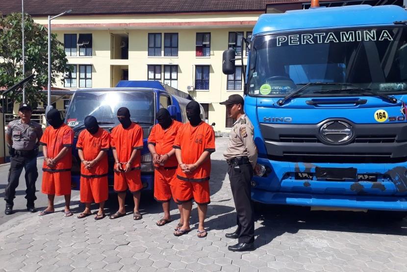 Lima pelaku penjualan solar ilegal yang ditangkap di Kabupaten Kulonprogo, DIY, bersama barang bukti dua truk tangki, di Aspol Paingan Yogyakarta.