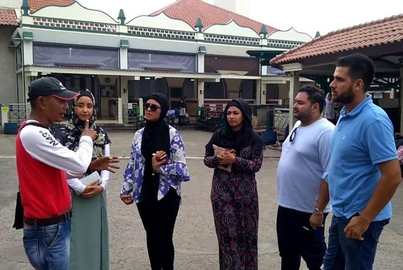 Lima peserta Program Pertukaran Muslim (MEP) dari Australia saat mengunjungi Masjid Luar Batang, Penjaringan, Jakarta Utara, Jumat (16/3).