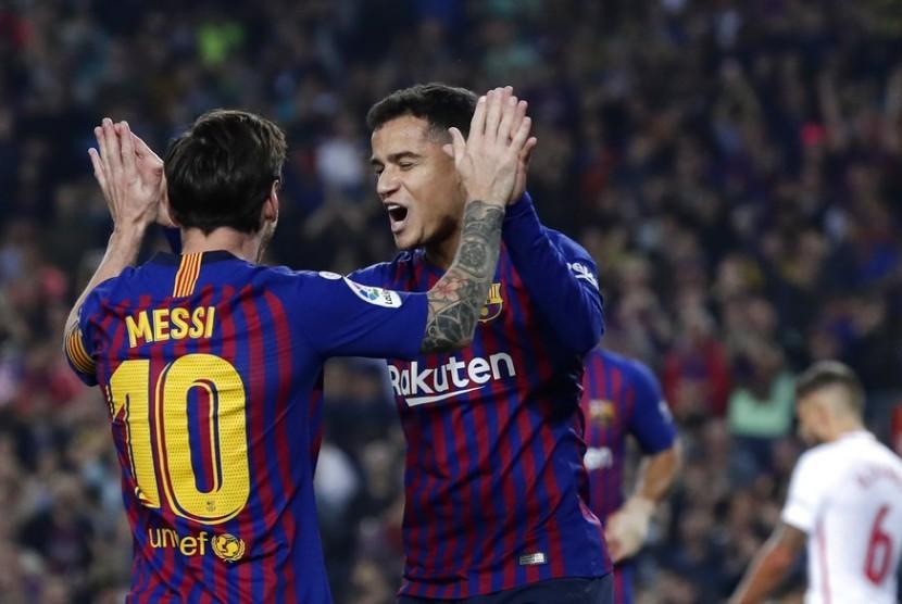 Lionel Messi dan Philippe Coutinho merayakan gol Barcelona ke gawang Sevilla pada laga La Liga, Ahad (21/10) dini hari WIB.